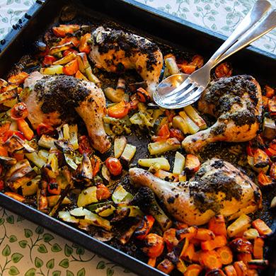 Grönsaker och kyckling i en panna
