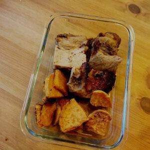 Honungsmarinerade revben med sötpotatis tillagat på varm plåt, perfekt för matlådan.
